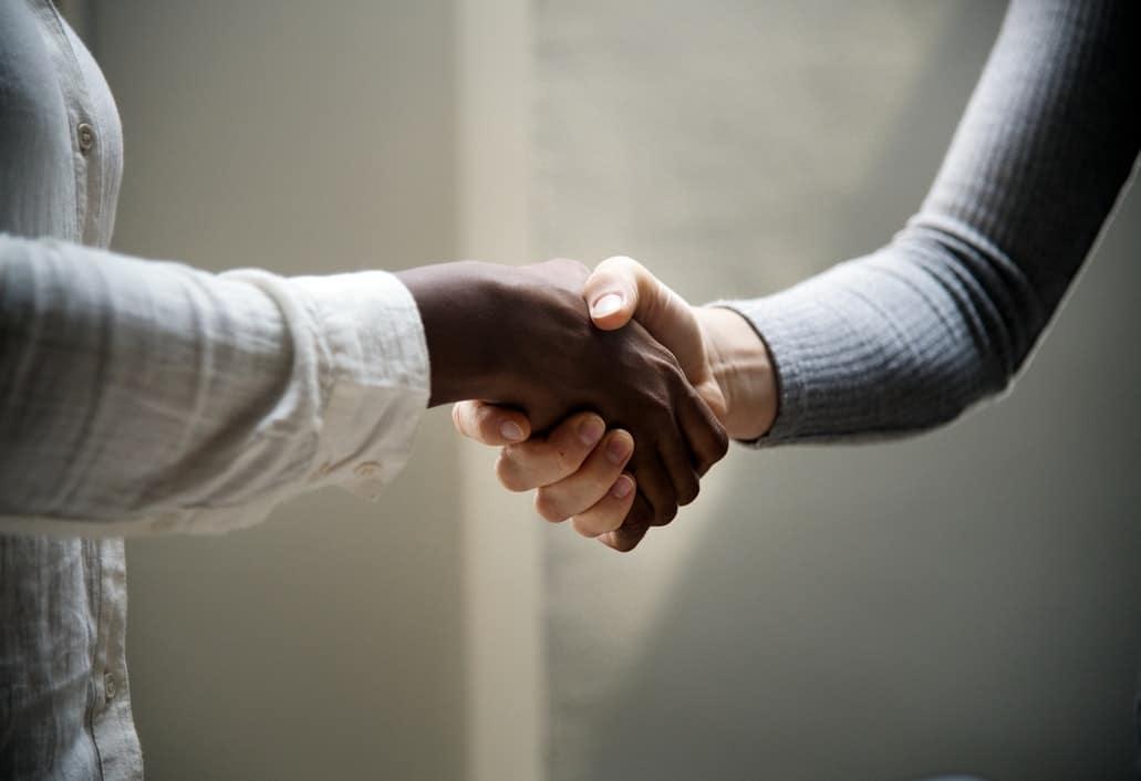 poignée de main dans un entretien de recrutement
