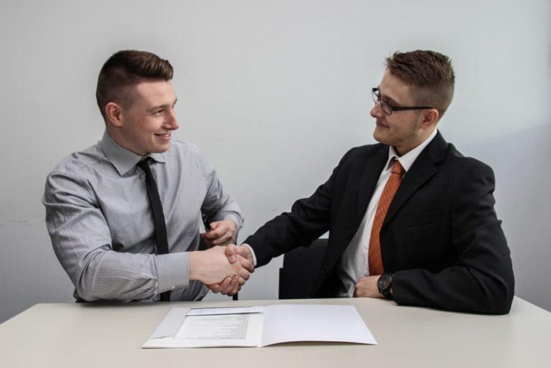 Deux hommes se serrant la main lors d'un entretien