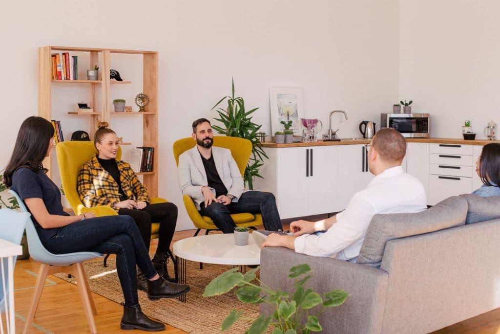 Des salariés assis lors d'une réunion d'intégration pour un nouveau collaborateur